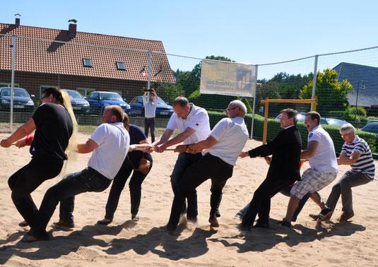 Foto Andrea Weinke-Lau, nicht nur der Verein Groß Laasch Flexibel unterstützte bei der Spielplatzeröffnung