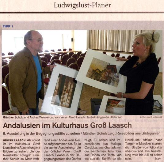 Günther Schulz und Andrea Weinke-Lau vom Verein Groß Laasch Flexibel e.V. hängen die Bilder auf.SVZ - Tagestipp 14.05.2014 U.Koehnke