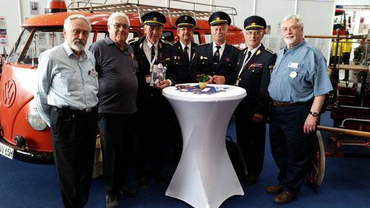 Am zweiten Tag der Interschutz waren der slowakische Oberbrandschutzinspektor Peter Ronec (3. v. l.) und Stuttgarts Stadtbranddirektor a.D. Joachim Hase (2. v. l.) zu Gast. Wir haben uns sehr gefreut!
