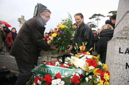 Dépôt d'une gerbe de fleurs au nom des avocats et magistrats du Havre.
