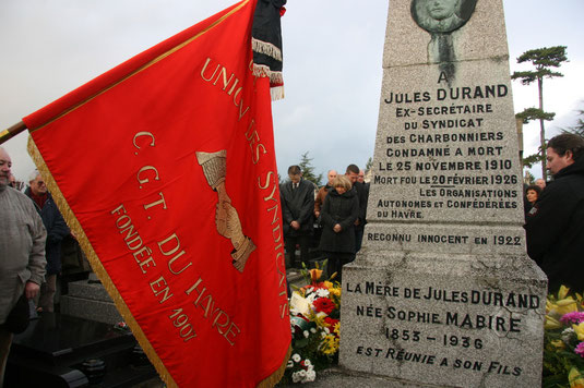 Minute de silence devant la tombe de Jules Durand. 25/11/2010, centenaire de la condamnation à mort.