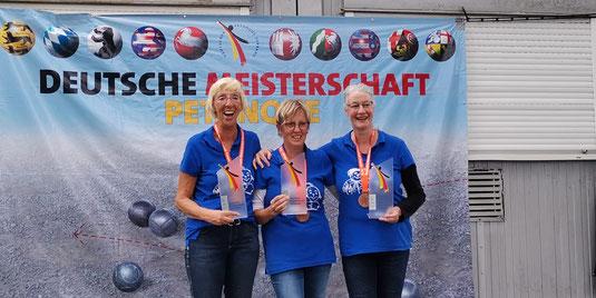Drei Frauen - drei Pokale - drei Medaillen - drei strahlende Gesichter