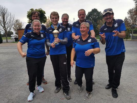Holten den Pokal erneut nach Wiedensahl: Jenny, Matthias, Sören, Wolfgang, Birgit, Ralph und Azim