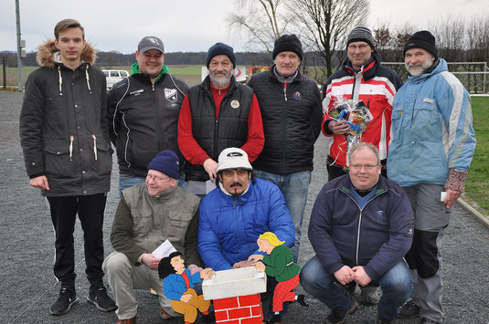 Rappelvolles Siegerfoto: Daniel, Lew, Helmut, Dieter, Thomas, Kai (hinten), Erwin, Azim und Dirk (vorne)