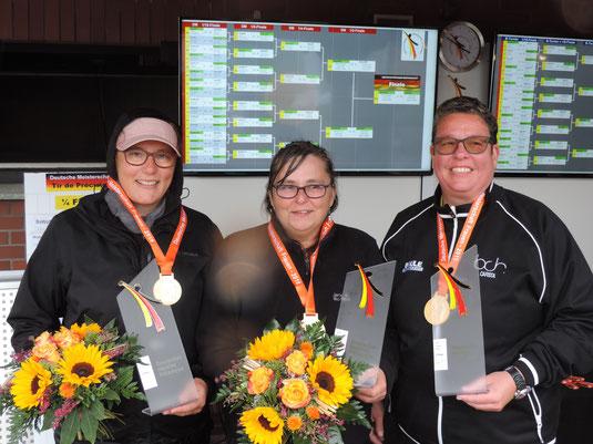 Gold, Pokal und Blumenstrauß für Anja, Dagmar und Carsta