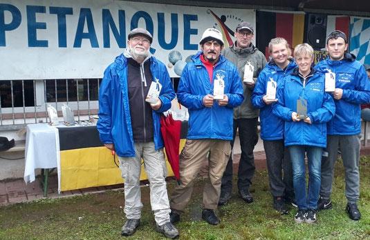 Gruppenbild mit Pokalen: Die Halbfinalisten Bernd, Azim, Thomas, Vivien, Barbara und Sven