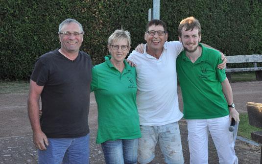 Die Sieger und die ersten Gratulanten: Bernd, Barbara, Christian und Sören