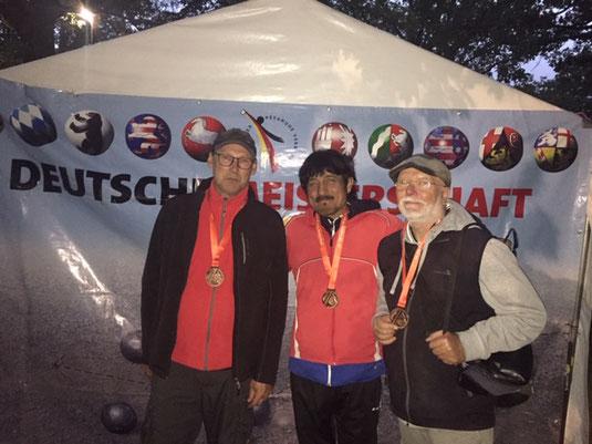 Trio mit Medaillen: Thomas, Azim und Bernd