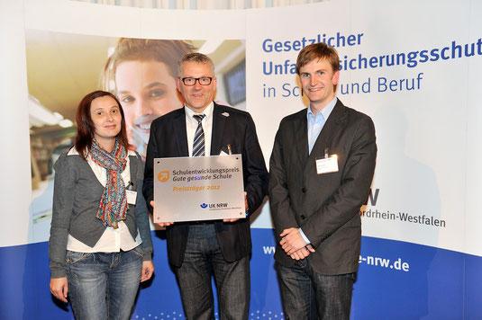 Frau Adela Gläser, Schulleiter Franz-Josef Grünebaum und Ralf Troschka (die Steuergruppe unserer Schule) nach der Ehrung auf der Zeche Zollverein in Essen