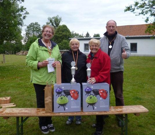 v.l. die Turniersieger Margot + Steffi und die Drittplatzierten Luzie + Fred