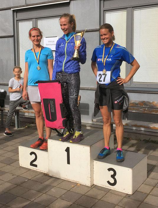 Vinnare i klassen Damer 21,5km. 1'a Emma Åhberg, 2'a Malin Wallander, 3'a Yvonne Carlberg