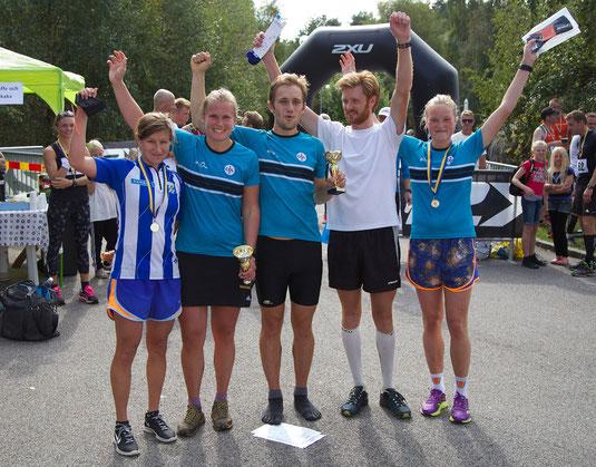 Vinnarna på 21,5km. Jenny Johansson (2'a), Lilian Forsgren (1'a), Daniel Martinsson (1'a), Samuel Haugstvedt (3'a), Ellinor Tjernlund (3'a). Saknas på bilen gör 2'an Mikael Andersson.