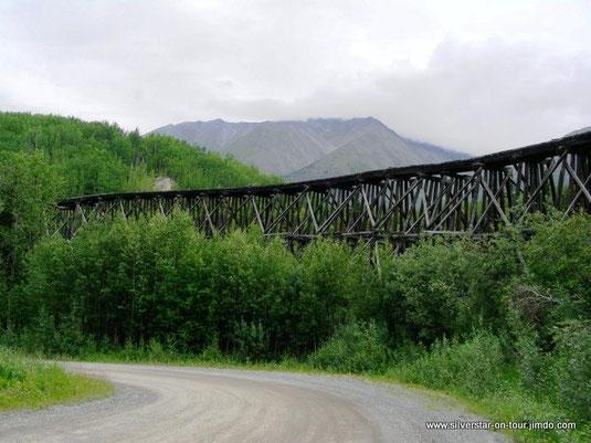 Alte Eisenbahnbrücke am Wegesrand – schöne Holzkonstruktion