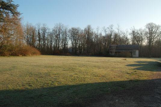 A l'entrée du parc du château, sur la gauche, l'aire réservée aux camping cars.