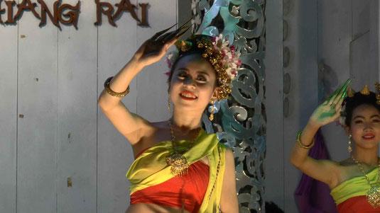 Danses au marché de nuit de Chiang rai
