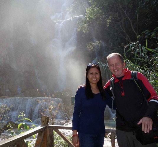Phil and Cris. Chutes d'eau de Kuang Si, jour de Noel