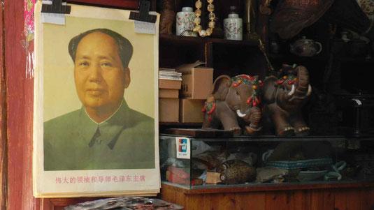 Dans les artères commerçantes, l'image de Mao, comme sont petit livre rouge, sont désormais au rayon des antiquités!