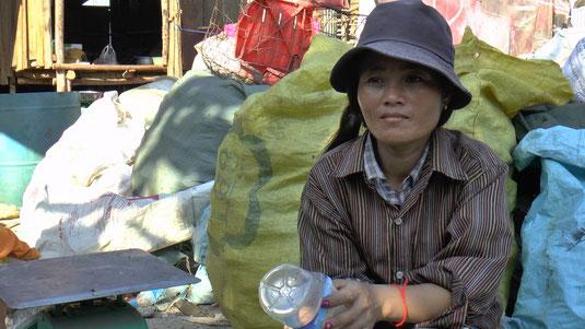 Sophorn, 32 ans, une jeune femme qui vit dans un bidonville part à la décharge deux fois par jour. Elle y trouve des bouteilles en plastique et canettes revendues au mieux 3 euros par jour. Elle devra se contenter de cela pour faire vivre sa famille