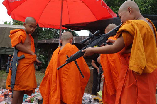 La génération montante de moines bouddhistes sera armée (de jouets en plastique), qu'on se le dise.....