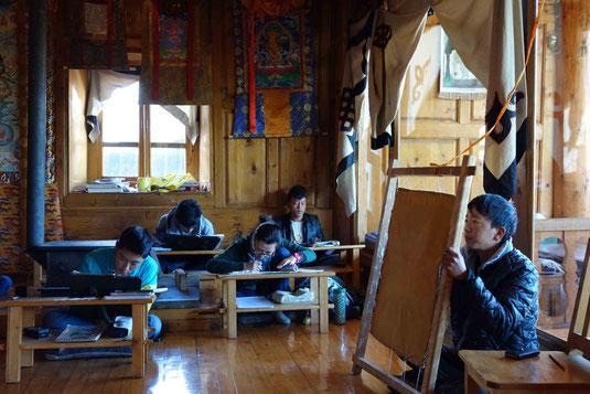 Visite de la Tangka Academy où de jeunes étudiants s'initient à la réalisation de Tangkas, peintures spirituelles servant à l'enseignement et la méditation.