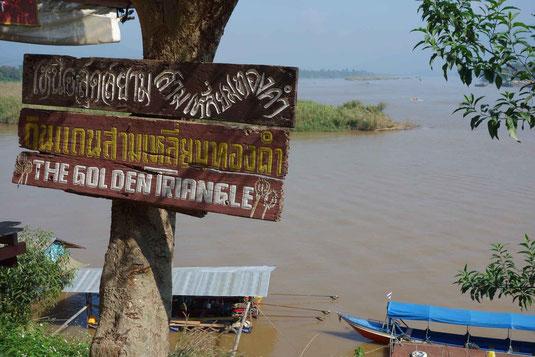 Le triangle d'Or: Vue partagée, sur fond de Mékong, entre la Thailande , Le Myanmar (ex Birmanie), et le Laos