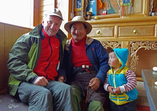 A côté de grand-père, dans une famille tibétaine où j'ai passé la nuit
