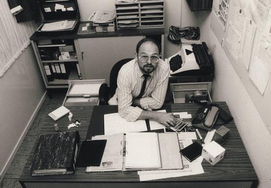 Alfred Derks in seinem Bür bei der NRZ in Kleve 1988 (Foto: Eberhard Grames)