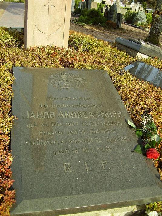 Grabplatte auf dem Friedhof in Buchen (Foto: Rolf Arnold)
