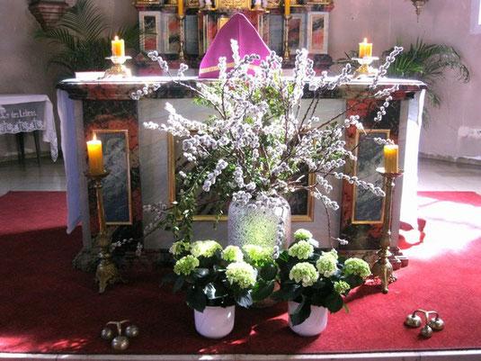 Festlich geschmückter Altar (Foto: Ute Hodel)