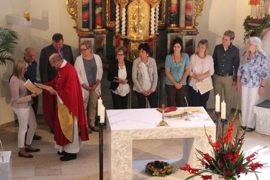 Die neu berufenen Mitglieder des Großeicholzheimer Gemeindeteams erhielten im Rahmen des Festgottesdienstes zum Laurentius-Patrozinium am 26.07.2015 von Pfarrer Schneider ihre Ernennungsurkunden überreicht.