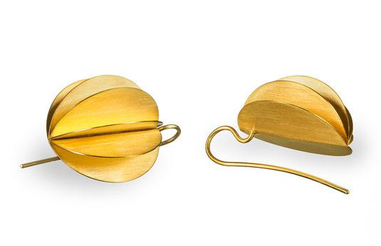 Die aufregenden Ohrhänger LAMPION aus goldplattiertem Silber erzeugen ein faszinierendes Farbenspiel aus Goldtönen. Das Licht bricht und reflektiert sich auf den Flächen des aufgefächerten Lampions und verleiht dem Ohrhänger Leben