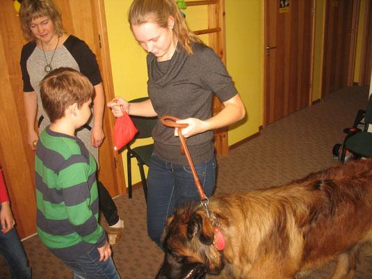 Bērniem īpašu prieku sagādā vest suņus pavadā. Īpaši jau lielo Kameronu.