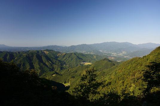 峠道からの眺め 標高700mほど、いつも鹿、キジ、うさぎと出遭う。夜明け前は雲海が見渡せる。