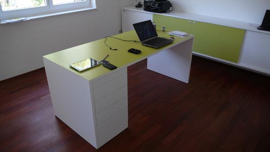 Schreibtisch mit Kautschukbelag