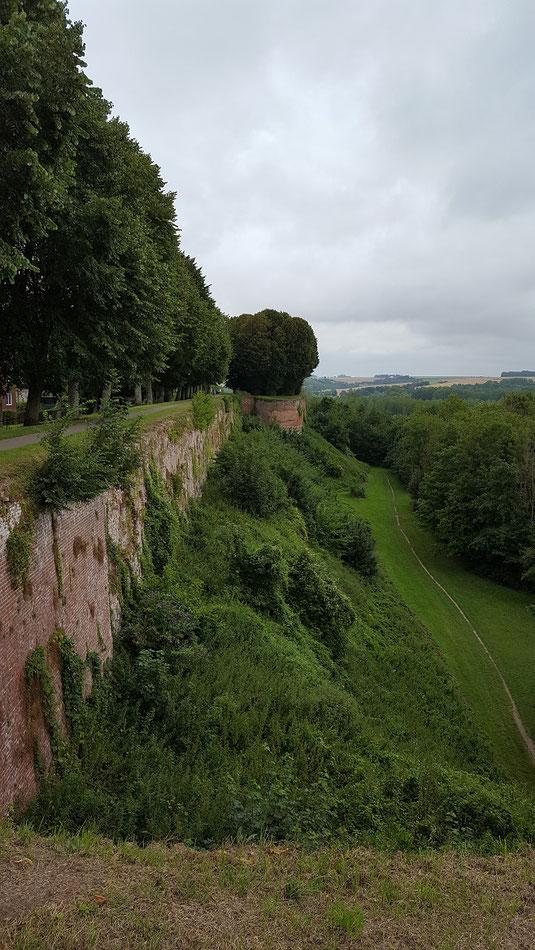 Teil der teils 30 Meter hohen Stadtmauer, die noch rings um´s Städtchen geht und komplett begehbar ist
