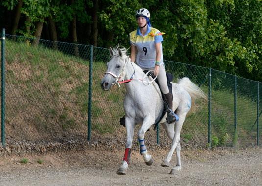 Anna-Lena mit ihrem Pferd Sharik auf der Deutschen Meisterschaft nach 140km. (Foto: privat)