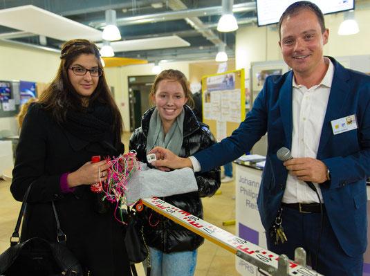 Spielerallye-Moderator Holger Gerlach mit den glücklichen Gewinnern