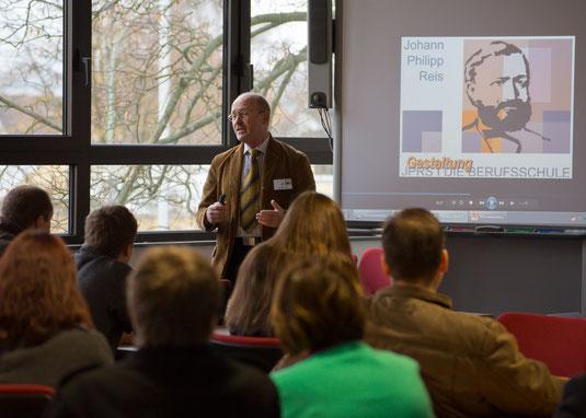 JPRS Abteilungsleiter FOS Herbert Sehl bei der Präsentation der Leistungen und Angebote der JPRS-Fachhochschule