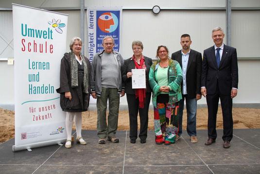 Umweltstaatssekretärin Dr. Beatrix Tappeser, Klaus Kamm, Jutta Tschakert, Claudia Henske, Thorsten Lux  (Alle JPRS) und Kultusstaatsekretär Dr. Manuel Lösel bei der Übergabe der Urkunde