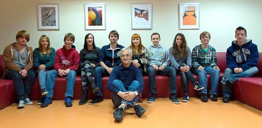 Die Jungautoren der Klassen FA2G und FA2i mit ihrem Deutsch-Lehrer Erwin Kruse