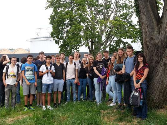 Schülerinnen und Schüler vor dem Museum, rechts Lehrerin Angelika Herwig