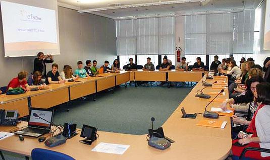 Europa anschaulich: Beim Besuch der European Food Safety Authority (efsa) mit Sitz in Parma erfahren die Comenius-Reisenden der JPRS, wie eine EU-Institution für Sicherheit in Sachen Ernährung sorgt.