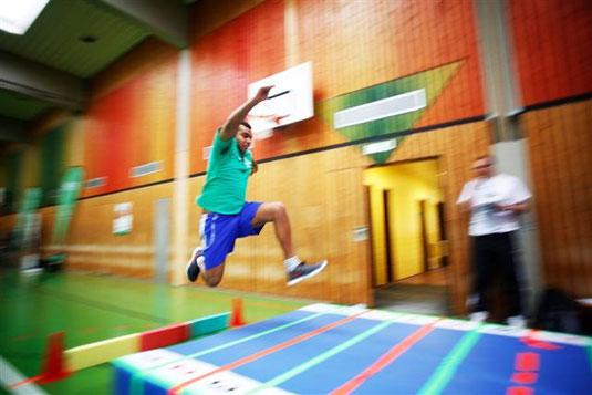 """Sportaktionen, wie die Teilnahme am """"AOK Moves You"""" Schulsportwettbewerb."""