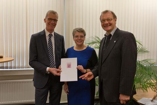 Überreichung der Ernennungsurkunde an Frau Tschakert durch den Leitenden Schulamtsdirektor Manfred Klebe und den Ersten Kreisbeigeordneten Herrn Betschel-Pflügel