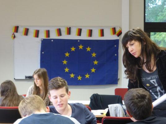 Schüler arbeiten im Workshop Europa, rechts Lehrerin Eva Tinz