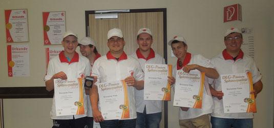 Das JPRS Fleischerteam präsentiert stolz die DLG-Auszeichnung in Bronze für ihre Schinken- und Wurstprodukte