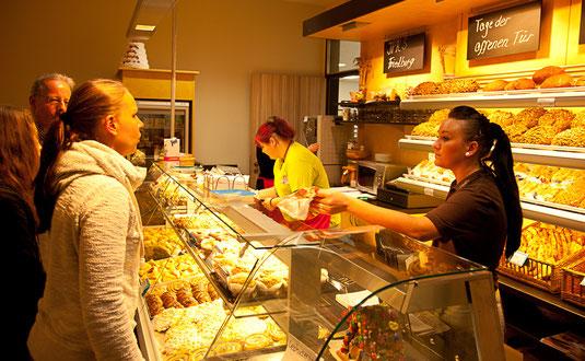 Fachbereich Ernährung: Die Bäcker/innen in ihrem schuleigenen Backereigeschäft mit angeschlossenem Café