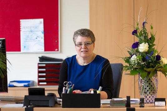 Jutta Tschakert an ihrem neuen Arbeitsplatz im Büro der JPRS-Schuldirektion
