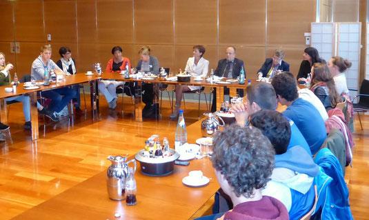 Die Schülergruppe in der Hessischen Staatskanzlei in einer Diskussionsrunde mit Staatsministerin Lucia Puttrich