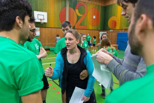 Sportlehrer Rika Stellmacher und Jens Sommerlad bei der Besprechung mit den Schülern